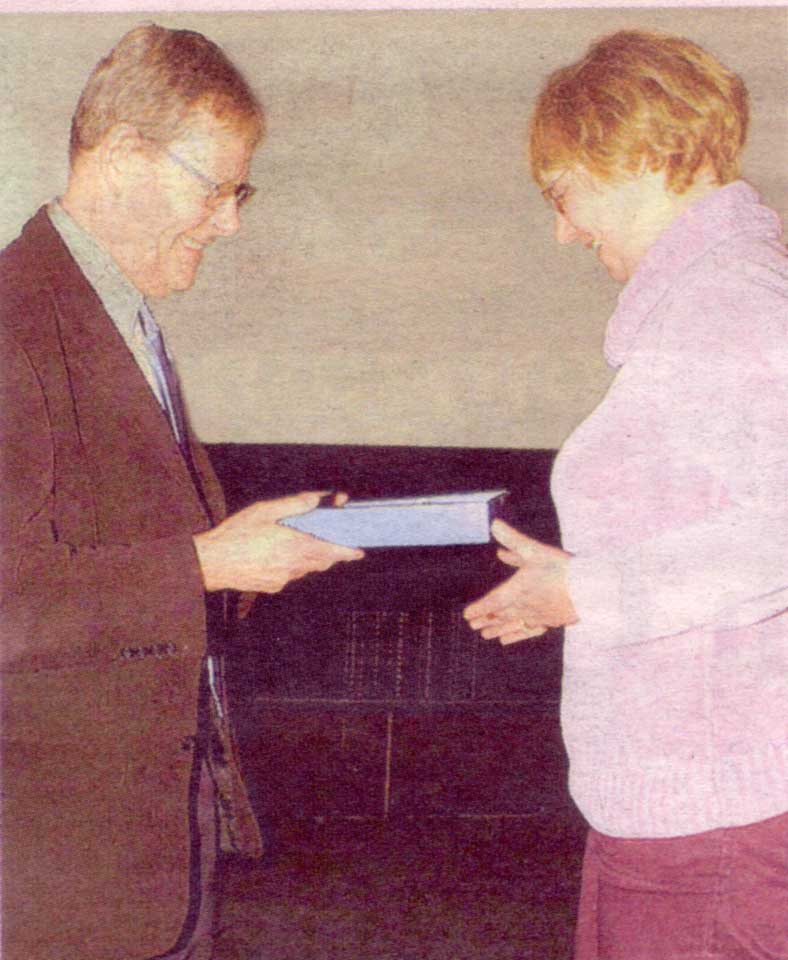 Barbra receives the award